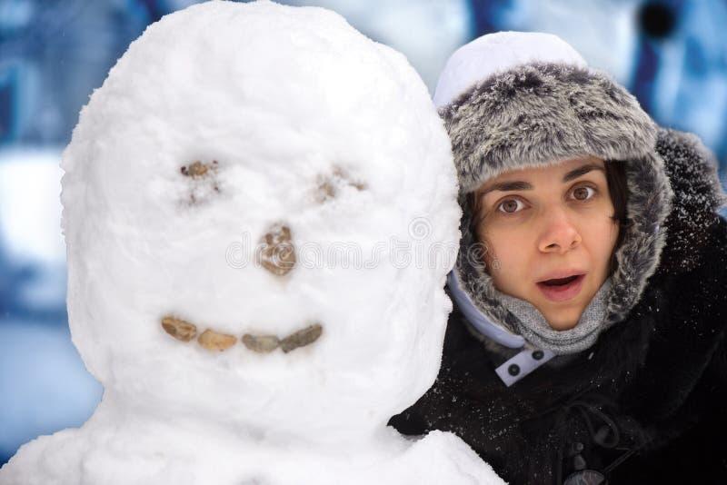 Giovane donna con il pupazzo di neve fotografia stock