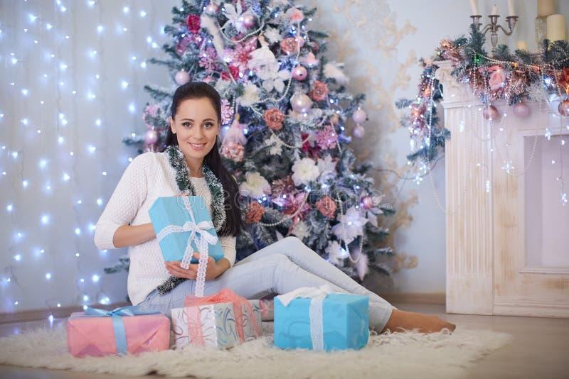 Giovane donna con il regalo Natale fotografia stock