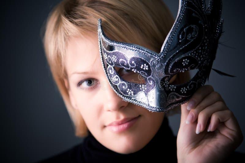 Giovane donna con il ritratto della mascherina fotografia stock