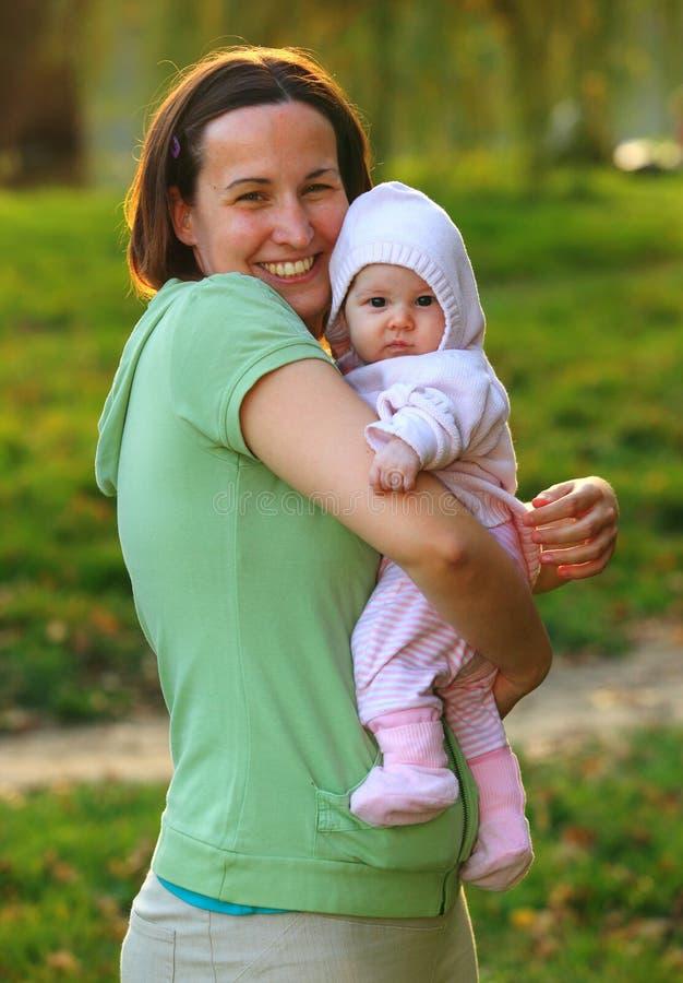 Giovane donna con il suo bambino adorabile fotografia stock libera da diritti