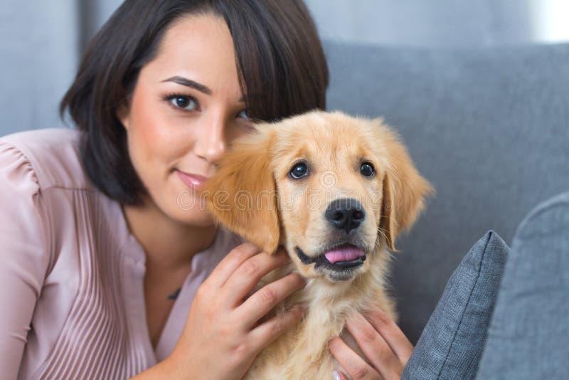 Giovane donna con il suo cane fotografia stock libera da diritti