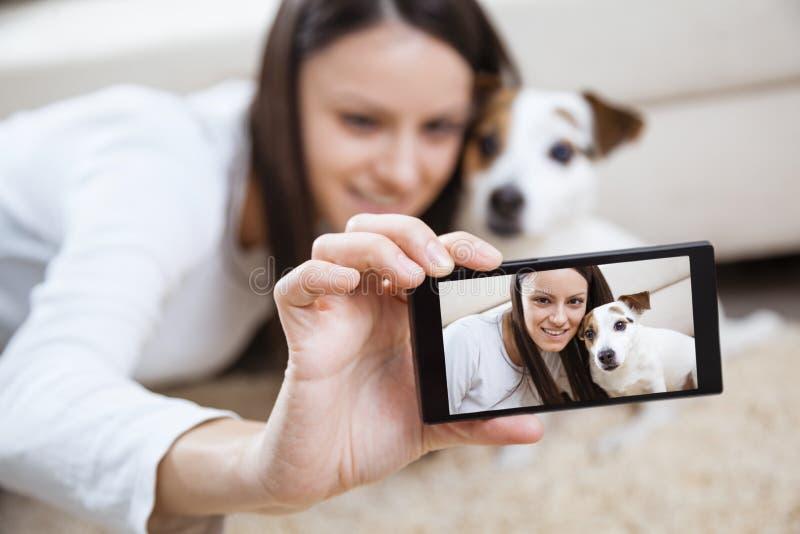 Giovane donna con il suo cane fotografia stock