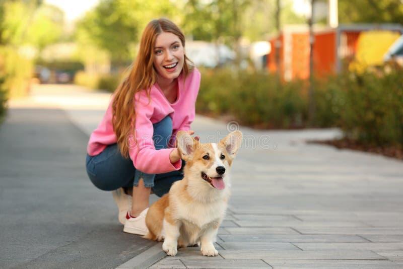Giovane donna con il suo cane adorabile di Pembroke Welsh Corgi fotografia stock