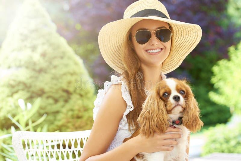 Giovane donna con il suo cane sveglio fotografie stock libere da diritti