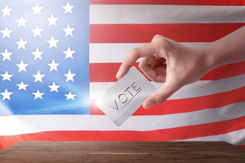 Giovane donna con il suo voto nella cabina di voto fotografie stock libere da diritti