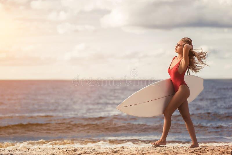 Giovane donna con il surf fotografia stock