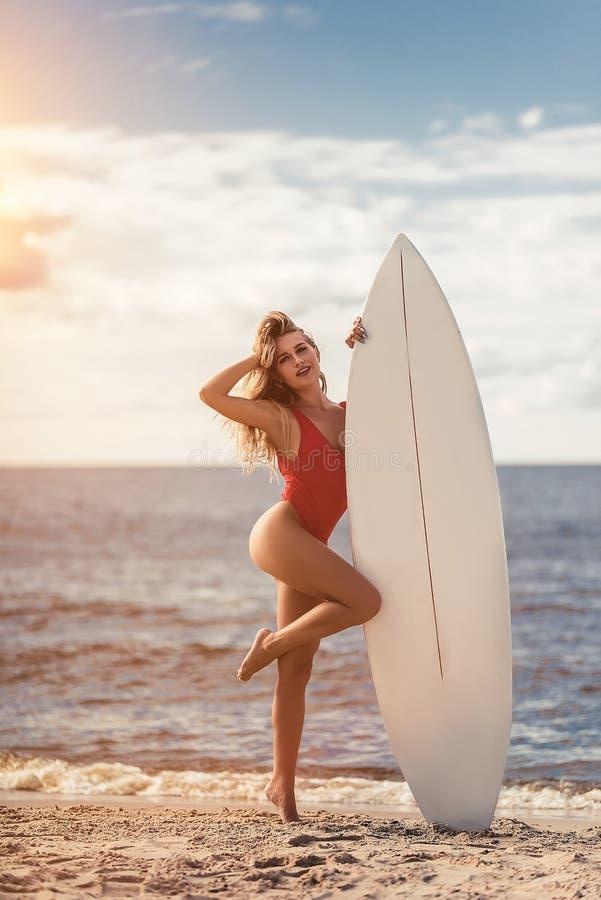 Giovane donna con il surf immagine stock