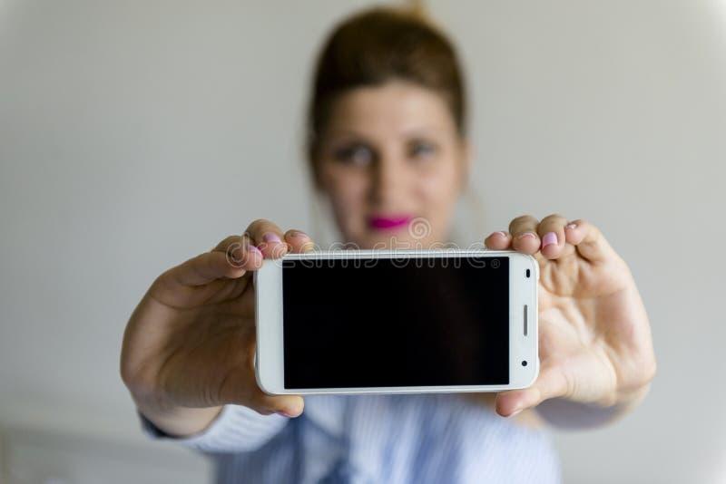 Giovane donna con il telefono mobile fotografie stock