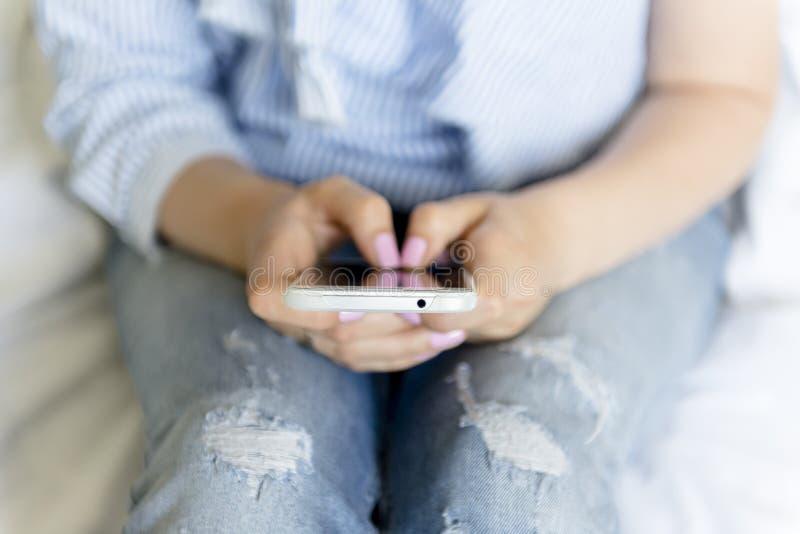 Giovane donna con il telefono mobile fotografie stock libere da diritti