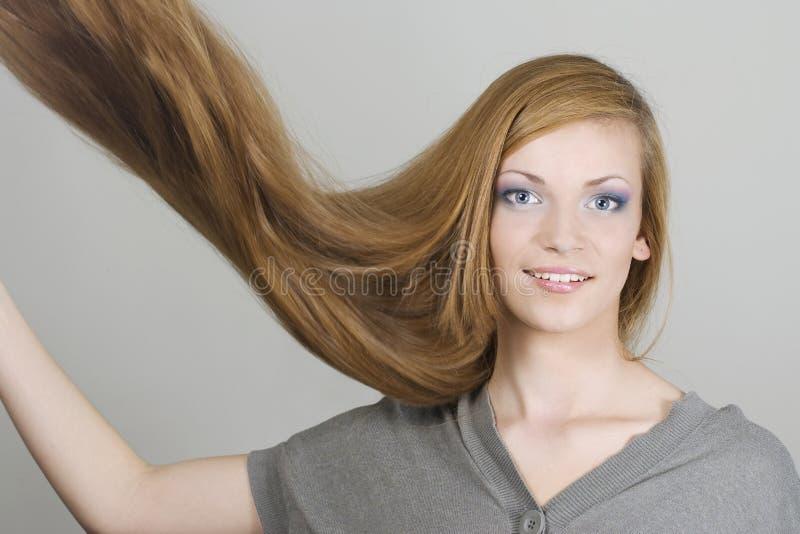 Giovane donna con il volo dei capelli fotografia stock libera da diritti