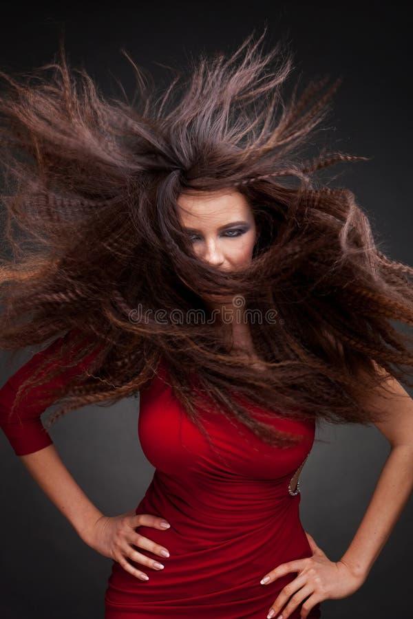 Giovane donna con il volo dei capelli fotografia stock