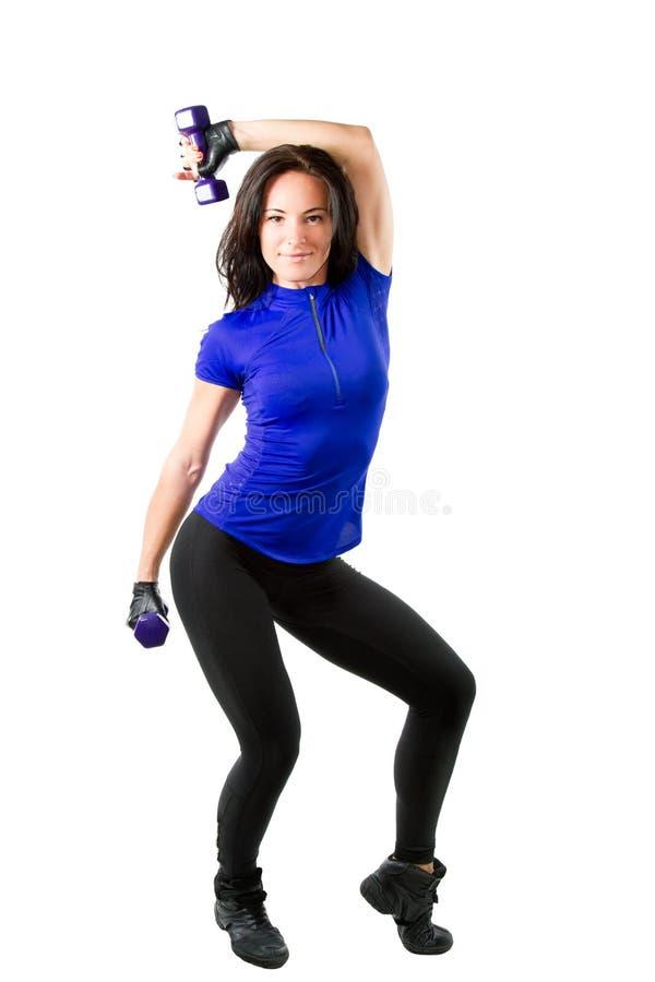 Giovane donna con l'allenamento di dumbbells in ginnastica fotografia stock