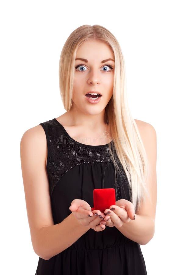 Giovane donna con l'anello di fidanzamento in casella fotografie stock