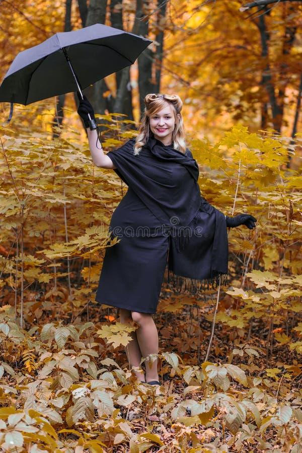 Giovane donna con l'ombrello immagine stock