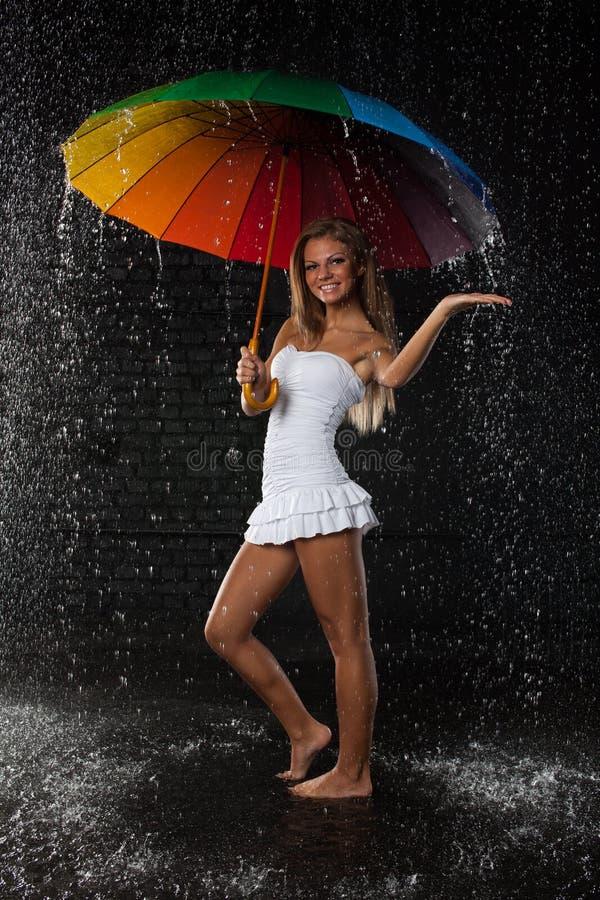 Giovane donna con l'ombrello multi-coloured. fotografie stock