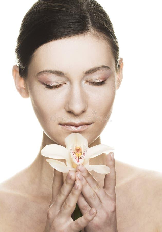 Giovane donna con l'orchidea immagini stock