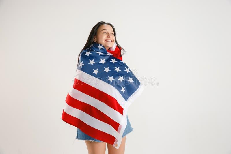Giovane donna con la bandiera degli Stati Uniti d'America fotografie stock libere da diritti