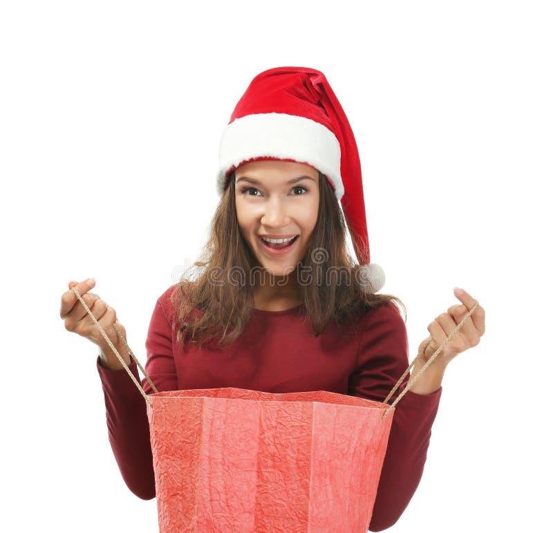 Giovane donna con la borsa per il Natale che compera sul fondo bianco fotografia stock libera da diritti