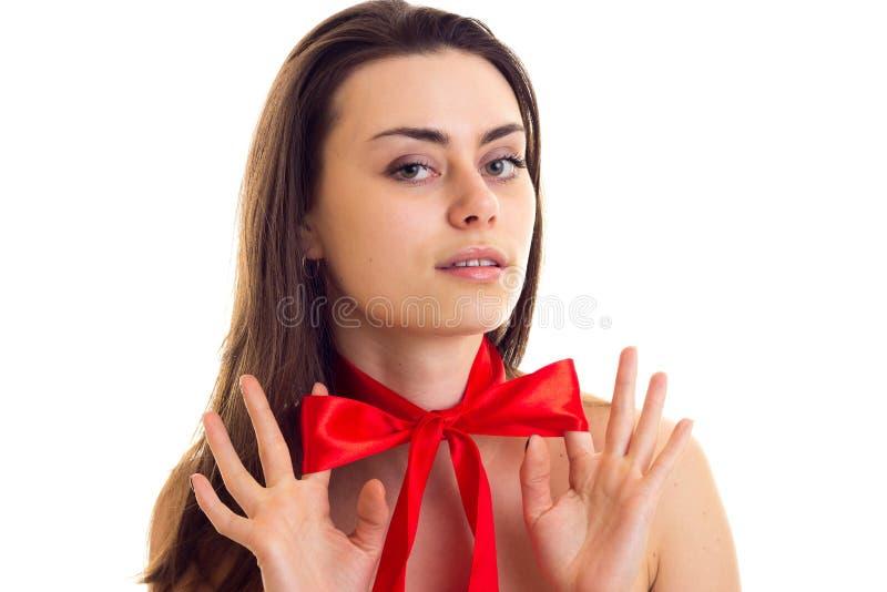 Giovane donna con la cravatta a farfalla rossa fotografia stock