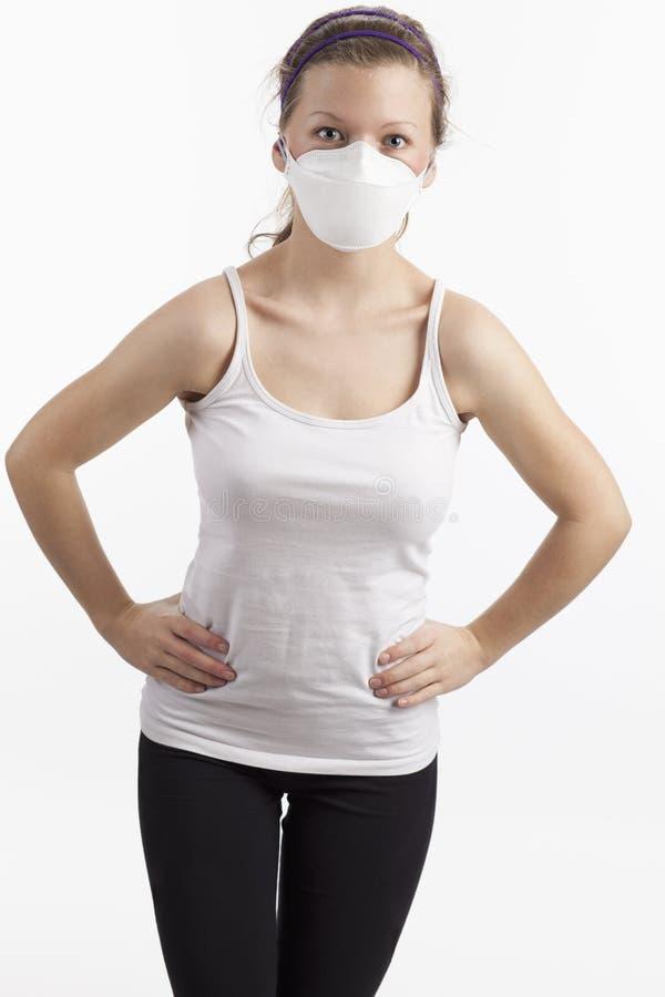 Giovane donna con la mascherina di polvere fotografie stock libere da diritti