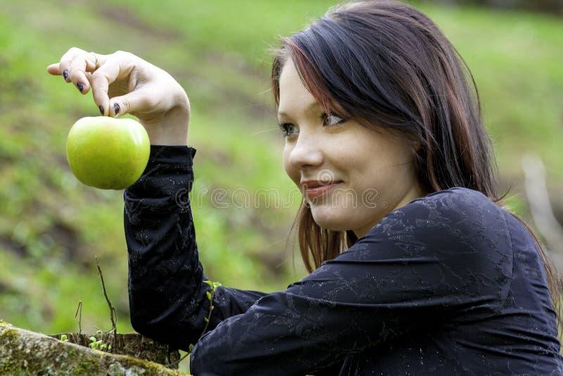 Giovane donna con la mela fotografia stock libera da diritti