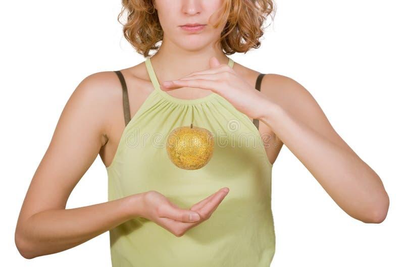 Giovane donna con la mela dorata immagine stock libera da diritti