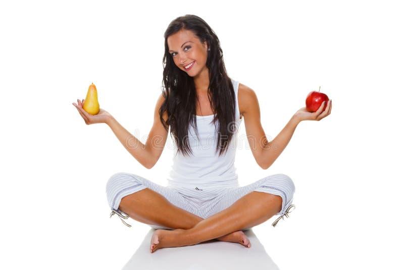 Giovane donna con la mela e la pera fotografia stock libera da diritti