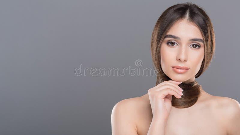 Giovane donna con la sciarpa dei capelli, panorama con spazio libero immagini stock libere da diritti