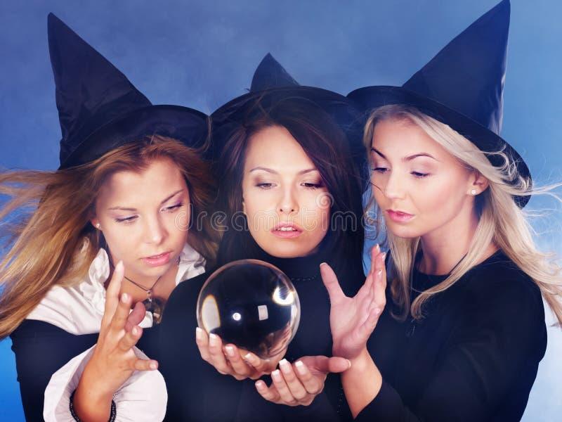 Giovane donna con la sfera di cristallo. Dire di fortuna. fotografia stock libera da diritti