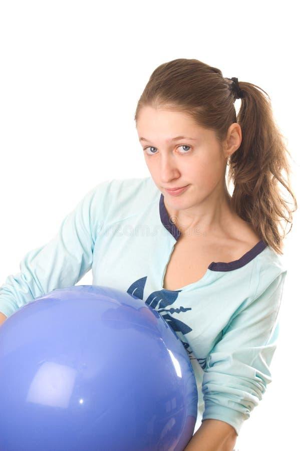 Giovane donna con la sfera di forma fisica fotografia stock