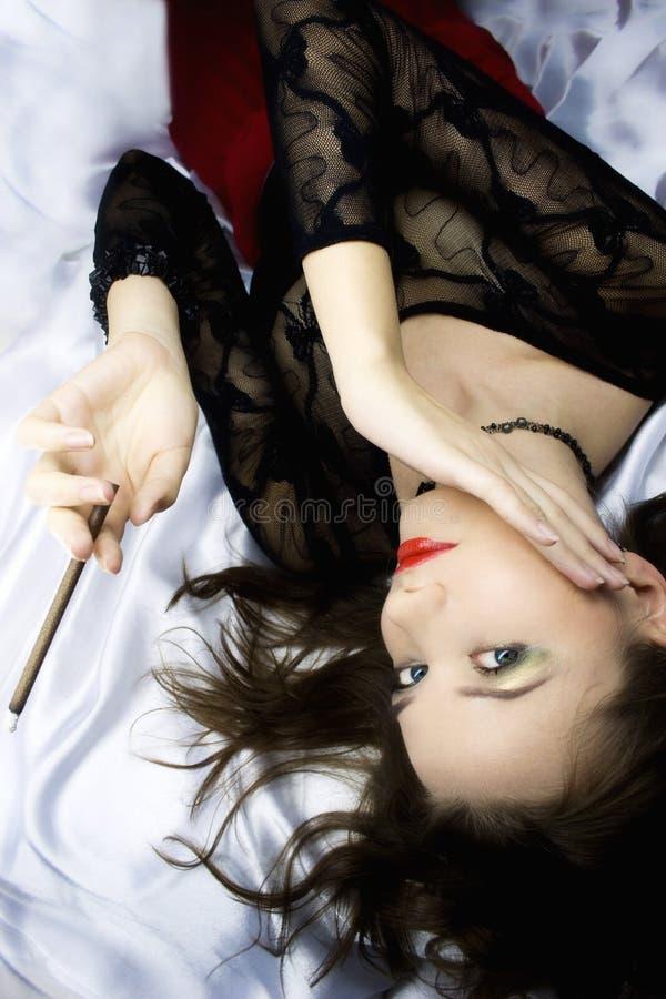 Giovane donna con la sigaretta immagini stock libere da diritti