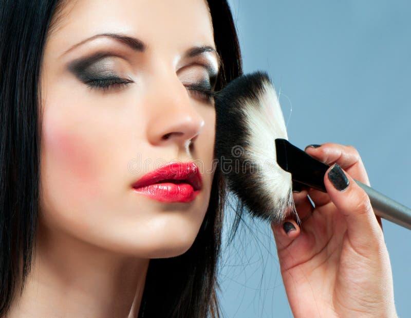 Giovane donna con la spazzola di trucco immagini stock libere da diritti