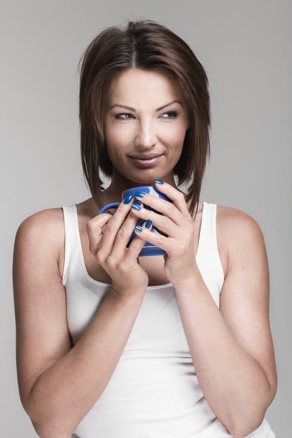 Giovane donna con la tazza immagini stock libere da diritti