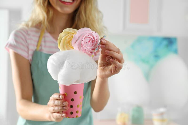 Giovane donna con la tazza del dessert dello zucchero filato, primo piano Spazio per testo fotografia stock libera da diritti