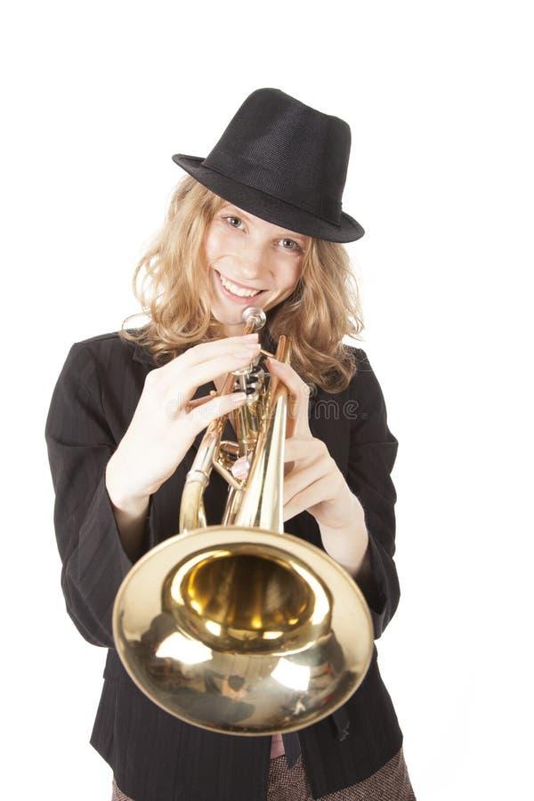 Giovane donna con la tromba di gioco black hat fotografia stock libera da diritti