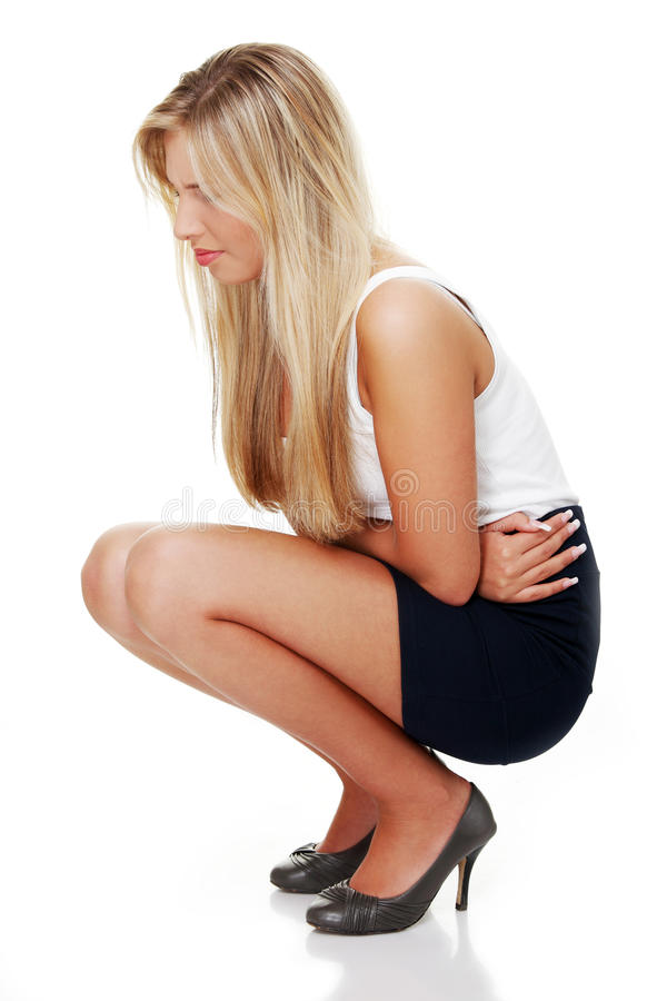 Giovane donna con le emissioni dello stomaco fotografie stock
