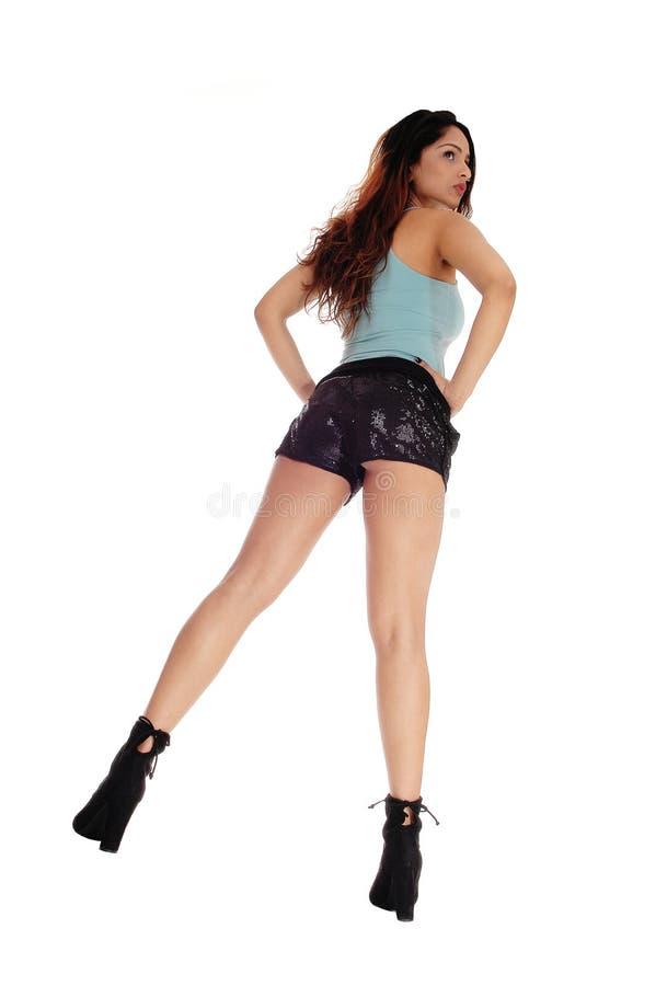Giovane donna con le gambe lunghe fotografia stock libera da diritti