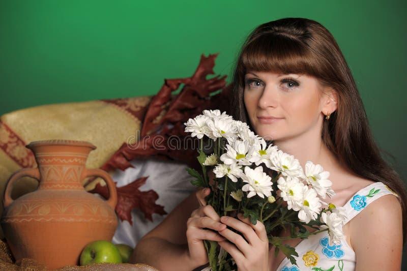 Giovane donna con le margherite fotografie stock