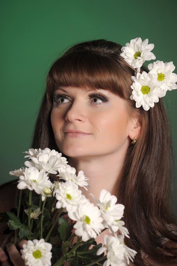 Giovane donna con le margherite fotografie stock libere da diritti