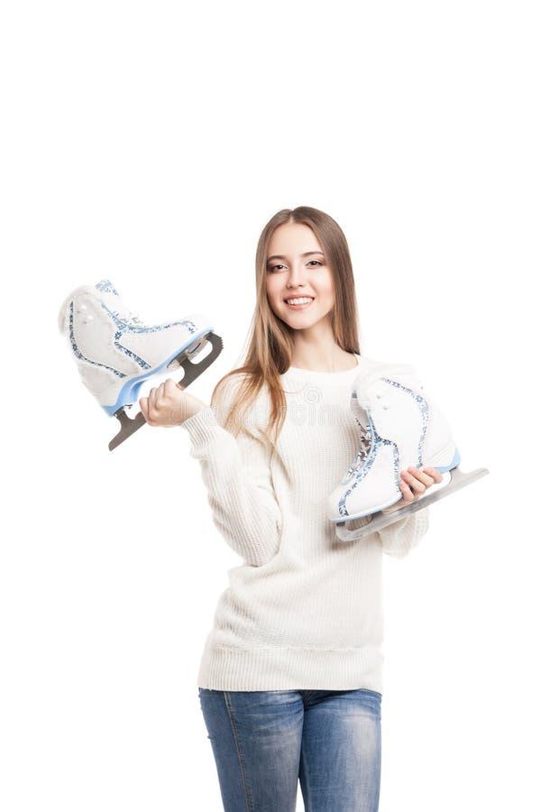 Giovane donna con le paia dei pattini da ghiaccio isolati immagine stock libera da diritti