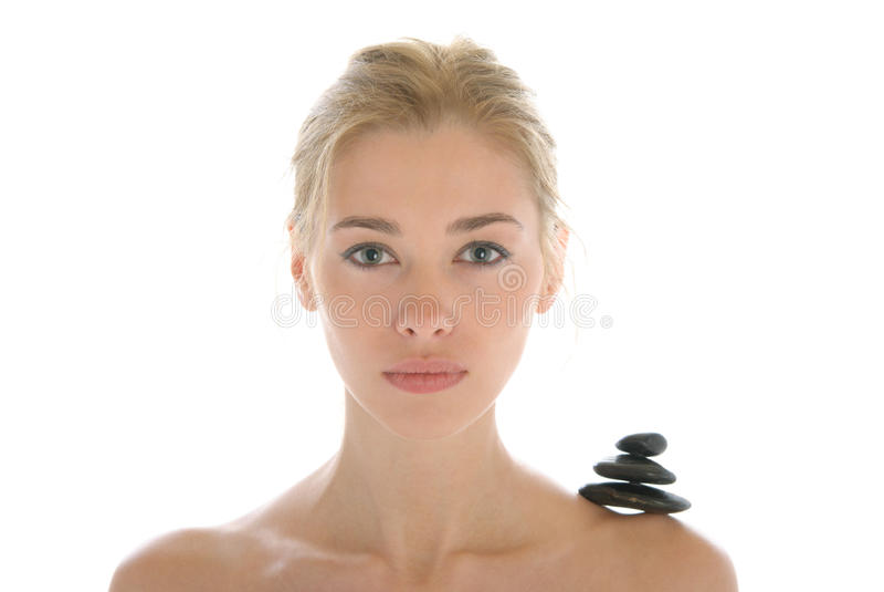 Giovane donna con le pietre scure sulla spalla fotografia stock libera da diritti
