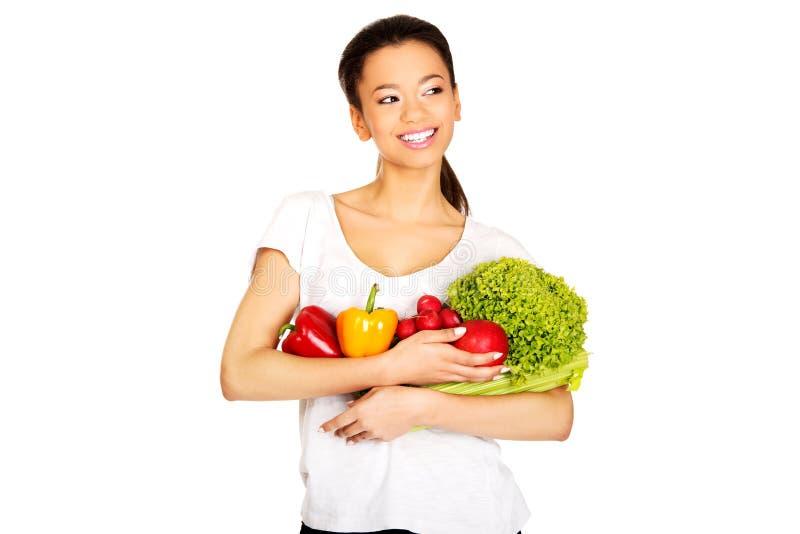 Giovane donna con le verdure fotografia stock