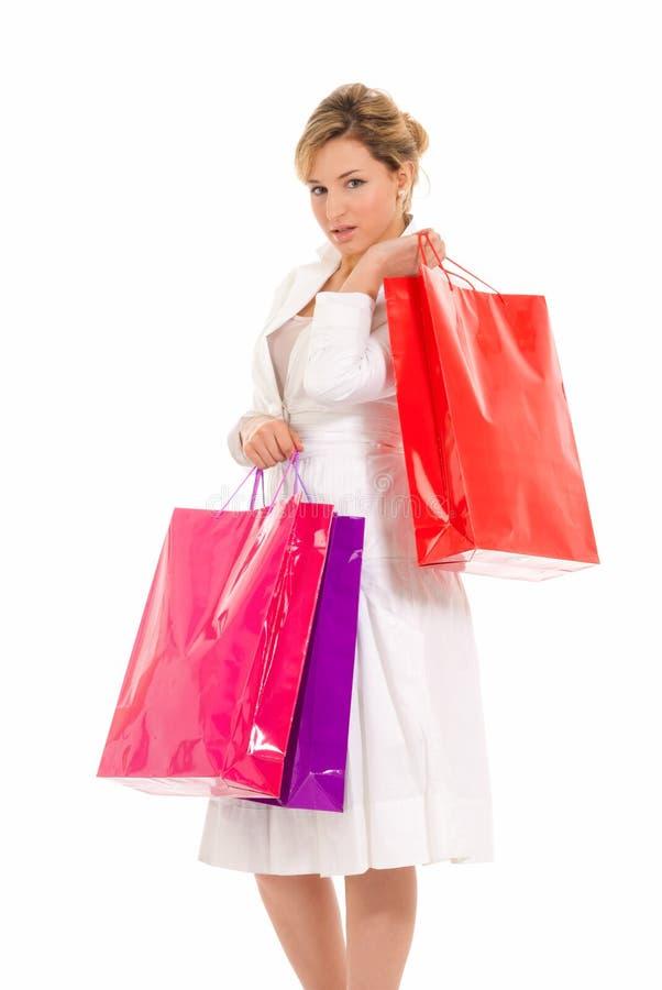 Giovane donna con levarsi in piedi dei sacchetti di acquisto immagini stock