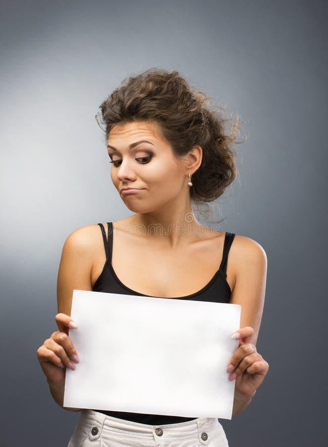 Giovane donna con lo spazio in bianco fotografie stock libere da diritti