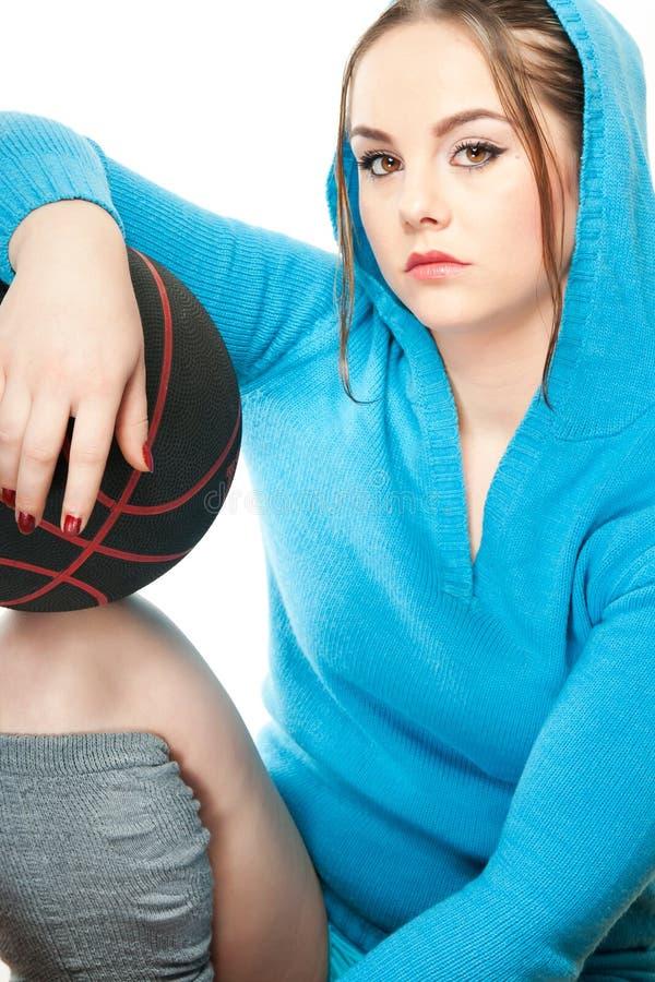 Giovane donna con pallacanestro fotografie stock