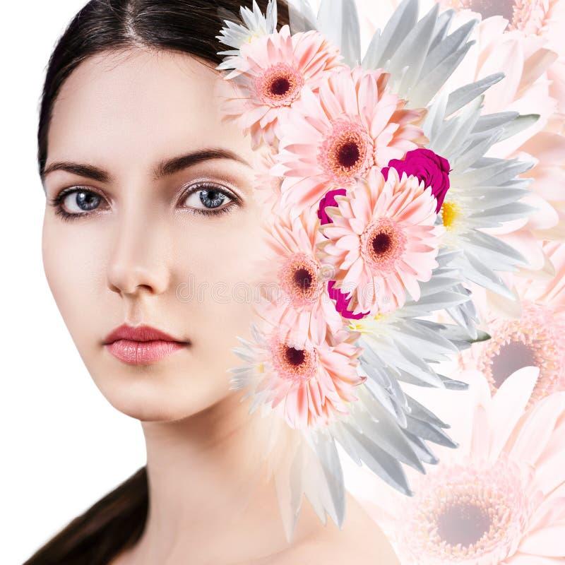 Giovane donna con pelle pulita sopra i fiori fotografie stock
