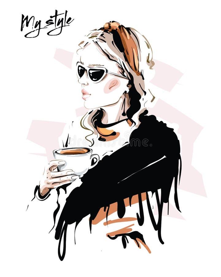Giovane donna con sciarpa disegnata a mano Una ragazza elegante con gli occhiali da sole Moda con tazza di tè Disegno illustrazione di stock