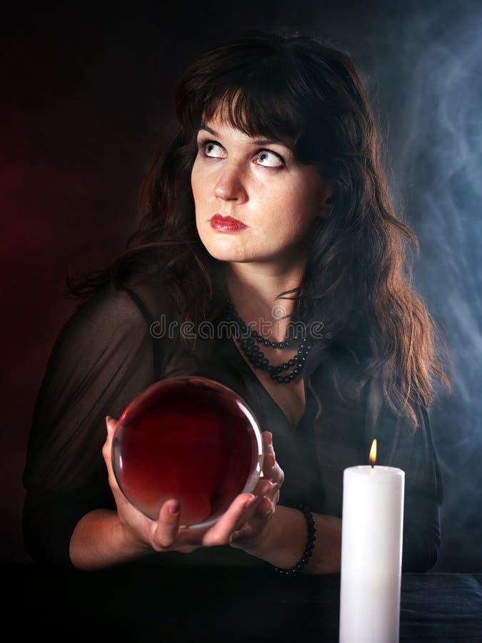 Giovane donna con sfera di cristallo. fotografie stock