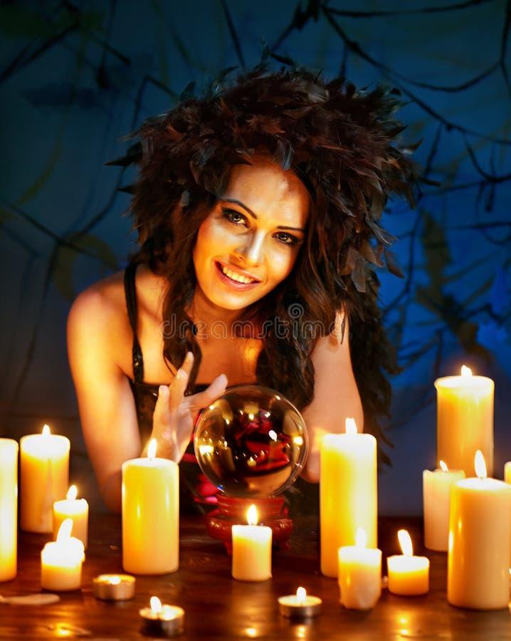 Giovane donna con sfera di cristallo. immagini stock