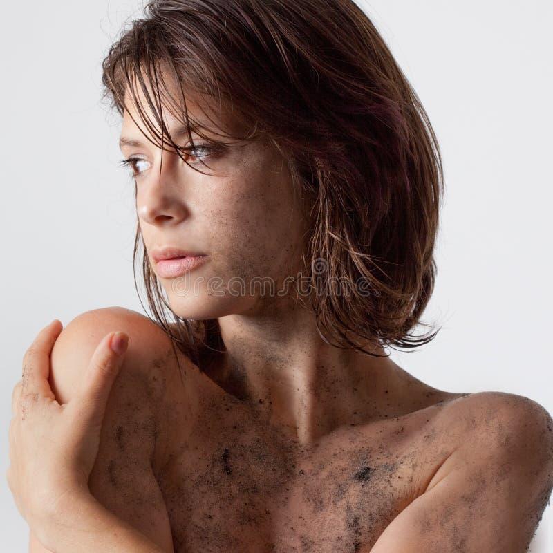 Giovane donna con sporcizia immagine stock